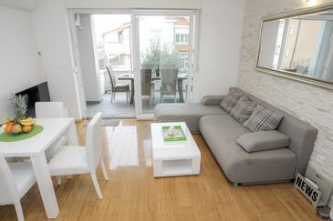 Novalja, Camera di soggiorno nell'alloggi del tipo apartment, condizionatore disponibile, animali domestici ammessi e WiFi.