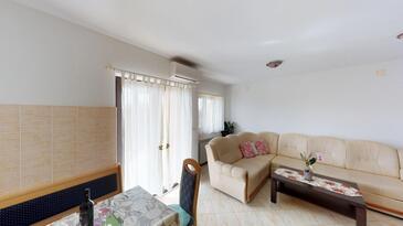 Vilanija, Sala de estar in the apartment, air condition available y WiFi.
