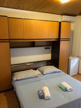 Baška Voda, Bedroom in the room, air condition available and WiFi.