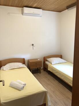 Baška Voda, Spalnica v nastanitvi vrste room, dostopna klima in WiFi.