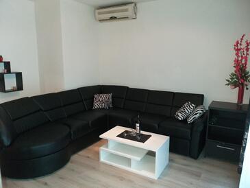 Baška Voda, Dnevni boravak u smještaju tipa apartment, dostupna klima.