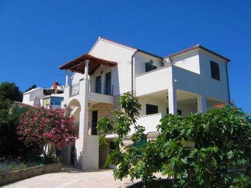 Postira, Brač, Объект 17323 - Апартаменты вблизи моря с галечным пляжем.