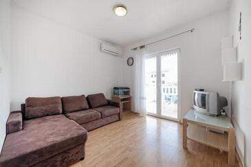 Vodice, Obývací pokoj v ubytování typu apartment, s klimatizací a WiFi.