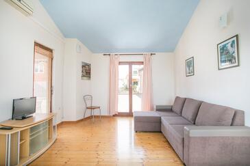Slatine, Dnevni boravak u smještaju tipa apartment, dostupna klima, kućni ljubimci dozvoljeni i WiFi.