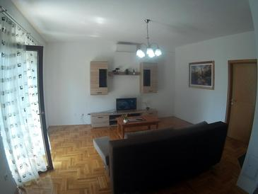 Irinovac, Living room in the apartment, air condition available and WiFi.