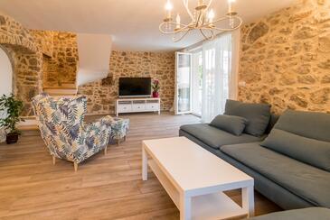 Risika, Obývací pokoj v ubytování typu house, s klimatizací, domácí mazlíčci povoleni a WiFi.