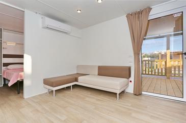 Pašman, Dnevni boravak u smještaju tipa apartment, dostupna klima i WiFi.