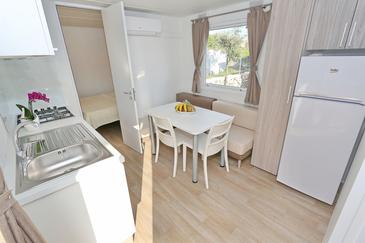 Pašman, Comedor in the apartment, air condition available y WiFi.