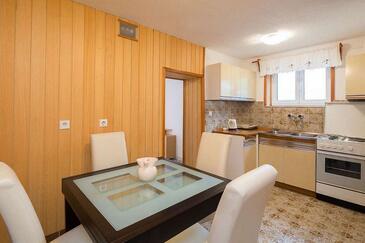 Povlja, Jídelna v ubytování typu studio-apartment, domácí mazlíčci povoleni a WiFi.