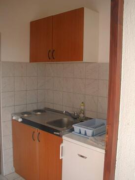 Vir, Kuchyňa v ubytovacej jednotke studio-apartment, domáci miláčikovia povolení a WiFi.