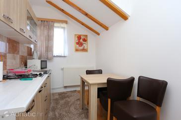 Oštarski Stanovi, Jídelna v ubytování typu studio-apartment, domácí mazlíčci povoleni a WiFi.