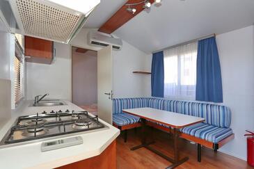 Turanj, Salle à manger dans l'hébergement en type apartment, climatisation disponible et WiFi.