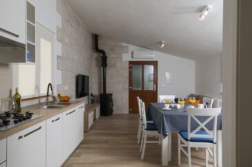 Prapatna, Obývacia izba v ubytovacej jednotke house, klimatizácia k dispozícii, domáci miláčikovia povolení a WiFi.