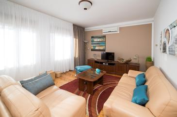 Dramalj, Living room in the apartment, air condition available and WiFi.