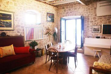 Šibenik, Obývací pokoj v ubytování typu studio-apartment, s klimatizací, domácí mazlíčci povoleni a WiFi.