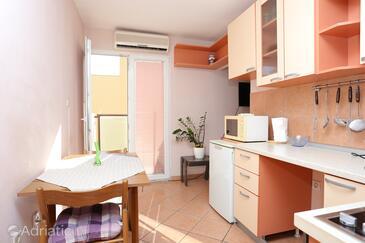 Split, Eetkamer in the studio-apartment, air condition available en WiFi.