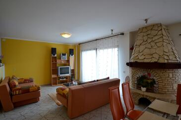 Varvari, Living room in the apartment, air condition available, (pet friendly) and WiFi.
