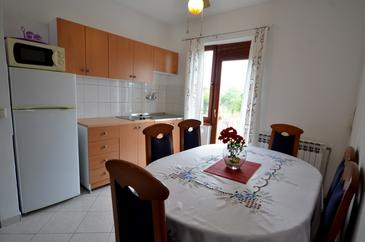 Varvari, Dining room 1 in the apartment, air condition available, (pet friendly) and WiFi.