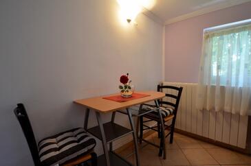 Varvari, Blagovaonica u smještaju tipa studio-apartment, kućni ljubimci dozvoljeni i WiFi.