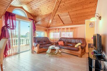 Kraj, Dnevni boravak u smještaju tipa apartment, dostupna klima i WiFi.