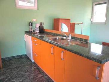 Sali, Kitchen in the studio-apartment, air condition available, (pet friendly) and WiFi.