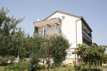 Trogir, Trogir, Объект 17799 - Апартаменты с галечным пляжем.