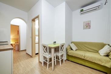 Mavarštica, Dining room in the apartment, air condition available, (pet friendly) and WiFi.