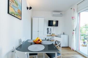 Grebaštica, Jídelna v ubytování typu room, domácí mazlíčci povoleni a WiFi.