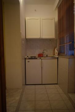 Starigrad, Kuchyně v ubytování typu studio-apartment, domácí mazlíčci povoleni a WiFi.