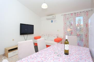 Ražanj, Living room in the apartment, air condition available, (pet friendly) and WiFi.
