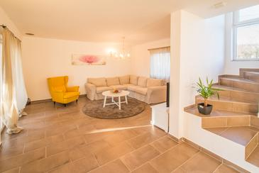 Garica, Living room in the house, (pet friendly) and WiFi.