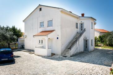 Krk, Krk, Объект 17897 - Апартаменты с галечным пляжем.