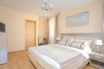 Kaštel Novi, Ložnice v ubytování typu room, s klimatizací a WiFi.