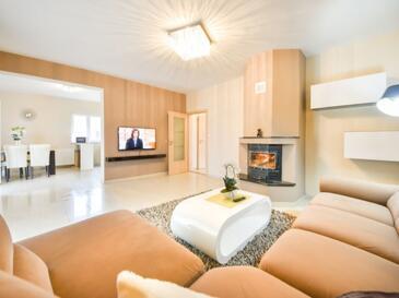 Galovac, Obývací pokoj v ubytování typu house, s klimatizací, domácí mazlíčci povoleni a WiFi.