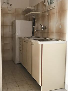 Duće, Kuchyně v ubytování typu studio-apartment, domácí mazlíčci povoleni a WiFi.
