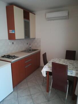 Novalja, Kuchyně v ubytování typu studio-apartment, domácí mazlíčci povoleni a WiFi.