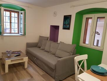 Nerezine, Obývací pokoj v ubytování typu house, domácí mazlíčci povoleni a WiFi.