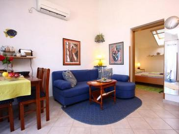 Krapanj, Living room in the apartment, air condition available and WiFi.