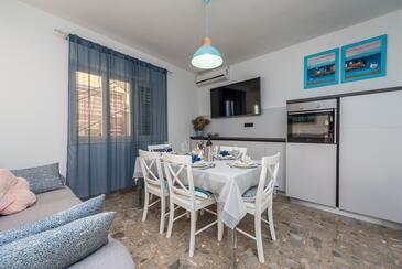 Pakoštane, Salle à manger dans l'hébergement en type apartment, climatisation disponible, animaux acceptés et WiFi.