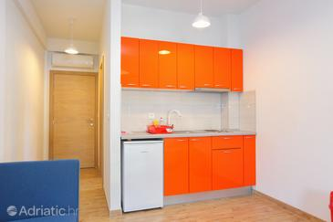 Drvenik Donja vala, Kitchen in the studio-apartment, WiFi.