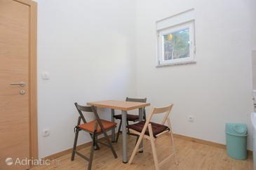 Drvenik Donja vala, Dining room in the studio-apartment, air condition available and WiFi.