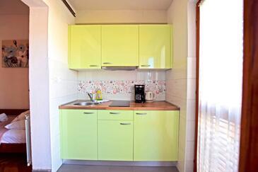 Starigrad, Kuhinja u smještaju tipa studio-apartment, WiFi.