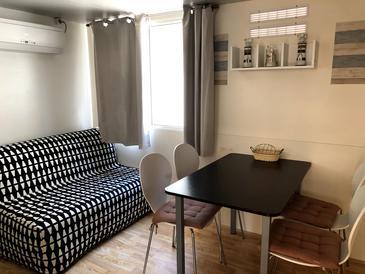 Novalja, Jídelna v ubytování typu apartment, s klimatizací, domácí mazlíčci povoleni a WiFi.