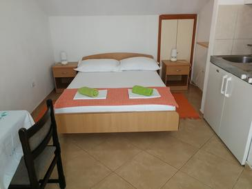Makarska, Bedroom in the studio-apartment, air condition available and WiFi.