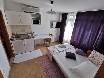 Makarska, Гостиная в размещении типа studio-apartment, доступный кондиционер и WiFi.