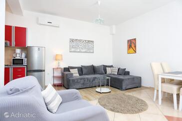 Kaštel Novi, Wohnzimmer in folgender Unterkunftsart apartment, Klimaanlage vorhanden und WiFi.