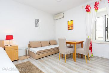 Kaštel Novi, Dining room in the studio-apartment, air condition available and WiFi.