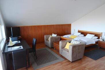 Kožino, Jídelna v ubytování typu studio-apartment, domácí mazlíčci povoleni a WiFi.