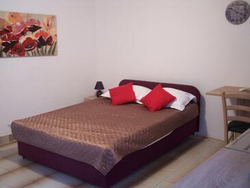 Novalja, Spavaća soba u smještaju tipa studio-apartment, dostupna klima i WiFi.