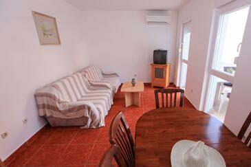 Komarna, Obývací pokoj v ubytování typu apartment, s klimatizací, domácí mazlíčci povoleni a WiFi.